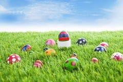 Uova di Pasqua Sull'orizzontale dell'erba fotografia stock