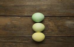 Uova di Pasqua sulla plancia Fotografie Stock Libere da Diritti