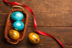 Uova di Pasqua Sulla tabella di legno immagine stock libera da diritti