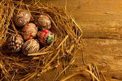 Uova di Pasqua sulla tavola di legno Fotografie Stock Libere da Diritti