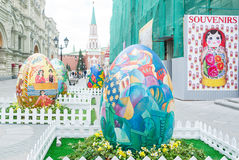 Uova di Pasqua sulla via Rozhdestvenka a Mosca Immagini Stock
