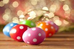 Uova di Pasqua sulle plance di legno Fotografia Stock Libera da Diritti
