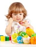 Uova di Pasqua Sveglie della pittura della bambina Fotografie Stock
