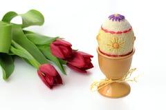 Uova di Pasqua In tazze Immagini Stock Libere da Diritti