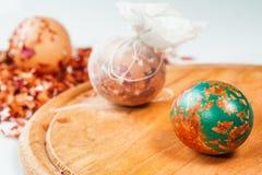 Uova di Pasqua, tecnica speciale con la buccia della cipolla Fotografie Stock Libere da Diritti