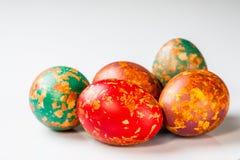 Uova di Pasqua, tecnica speciale con la buccia della cipolla Immagini Stock