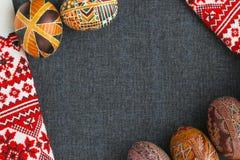 Uova di Pasqua tradizionali con l'ornamento Fotografia Stock
