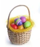 Uova di Pasqua in un canestro Fotografie Stock