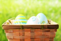 Uova di Pasqua in un canestro Fotografia Stock