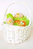 Uova di Pasqua in un canestro Fotografie Stock Libere da Diritti