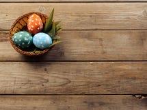 Uova di Pasqua in un canestro, copyspace Fotografia Stock