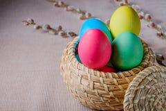 Uova di Pasqua In un canestro di vimini Fotografie Stock