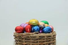 Uova di Pasqua In un canestro di vimini Immagini Stock Libere da Diritti