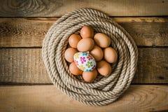 Uova di Pasqua in un canestro fatto dalla corda Immagine Stock