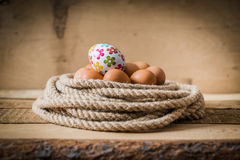 Uova di Pasqua in un canestro fatto dalla corda Fotografia Stock Libera da Diritti