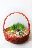 Uova di Pasqua in un canestro rosso Immagini Stock