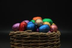 Uova di Pasqua In un canestro di vimini Immagini Stock