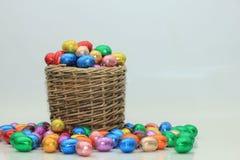 Uova di Pasqua In un canestro di vimini Fotografia Stock