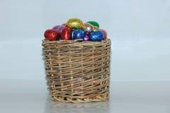 Uova di Pasqua In un canestro di vimini Fotografia Stock Libera da Diritti