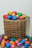 Uova di Pasqua In un canestro di vimini Immagine Stock Libera da Diritti