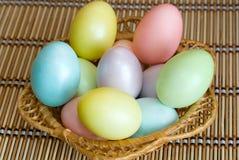 Uova di Pasqua In un cestino Immagine Stock