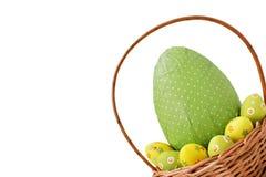 Uova di Pasqua In un cestino immagine stock libera da diritti