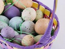 Uova di Pasqua In un cestino Fotografie Stock