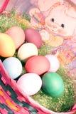 Uova di Pasqua In un cestino Immagini Stock Libere da Diritti