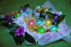 Uova di Pasqua In un cestino Fotografie Stock Libere da Diritti