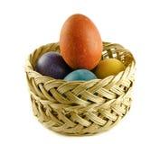Uova di Pasqua In un cestino wattled fotografia stock libera da diritti