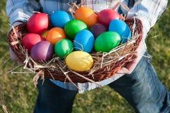 Uova di Pasqua In un più panier Immagini Stock