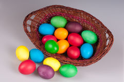 Uova di Pasqua In un più panier Immagine Stock Libera da Diritti