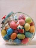 Uova di Pasqua In un vaso della caramella immagini stock libere da diritti