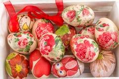 Uova di Pasqua In una casella di legno Immagini Stock Libere da Diritti