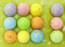 Uova di Pasqua In una cassa delle uova Immagini Stock Libere da Diritti