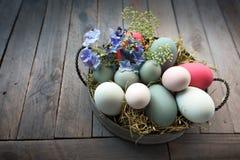 Uova di Pasqua In una ciotola Immagini Stock