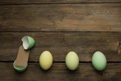 Uova di Pasqua in una fila con l'etichetta Fotografia Stock Libera da Diritti
