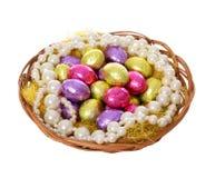Uova di Pasqua, Uova di cioccolato variopinte e merce nel carrello delle collane della perla Immagine Stock Libera da Diritti