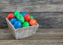 Uova di Pasqua variopinte in cestino fotografia stock libera da diritti