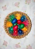 Uova di Pasqua variopinte in cestino Pasqua felice, religiou cristiano Fotografia Stock Libera da Diritti