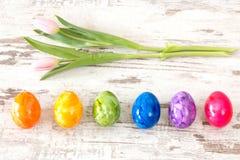 Uova di Pasqua variopinte con il rosa Immagine Stock