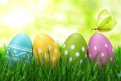 Uova di Pasqua variopinte con la farfalla Fotografie Stock Libere da Diritti