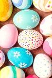 Uova di Pasqua variopinte con lo spazio della copia Fondo di Pasqua con la h Fotografia Stock