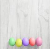 Uova di Pasqua variopinte d'annata sul fondo di legno bianco della tavola Fotografia Stock