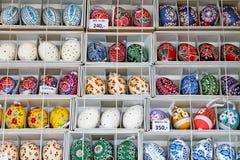 Uova di Pasqua variopinte da vendere Mercato tradizionale di Pasqua Immagine Stock Libera da Diritti