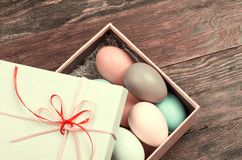 Uova di Pasqua variopinte decorate nel bello giftbox Fotografie Stock