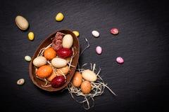 Uova di Pasqua variopinte della caramella e del cioccolato di concetto dell'alimento di festa sopra Immagine Stock Libera da Diritti