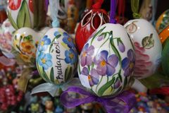 Uova di Pasqua variopinte dipinte ceramiche fotografia stock