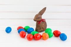Uova di Pasqua variopinte e lepre di legno fotografie stock