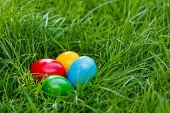 Uova di Pasqua variopinte in erba Immagini Stock Libere da Diritti